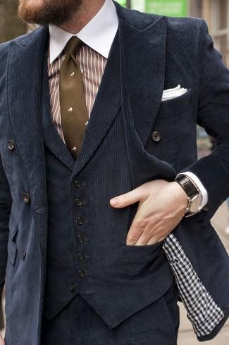 Cómo combinar una camisa de vestir de rayas verticales en blanco y marrón: Intenta combinar una camisa de vestir de rayas verticales en blanco y marrón junto a un pantalón de vestir de pana negro para un perfil clásico y refinado.