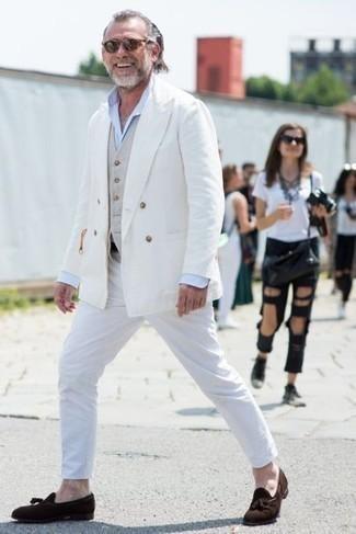 Cómo combinar un chaleco de vestir en beige: Empareja un chaleco de vestir en beige con un pantalón chino blanco para rebosar clase y sofisticación. Este atuendo se complementa perfectamente con mocasín con borlas de ante en marrón oscuro.