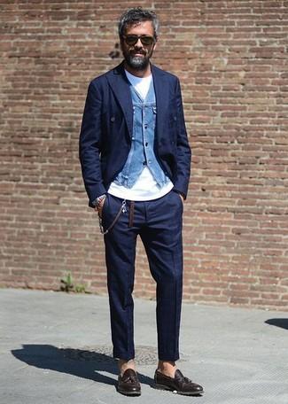 Cómo combinar: blazer cruzado a cuadros azul marino, chaleco de vestir vaquero azul, camiseta con cuello circular blanca, pantalón de vestir a cuadros azul marino