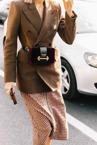 Cómo combinar: blazer cruzado de lana de pata de gallo marrón, vestido midi de pata de gallo en multicolor, riñonera de terciopelo burdeos
