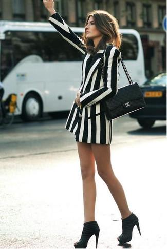 Cómo combinar un blazer cruzado de rayas verticales blanco para mujeres de 30 años: Elige un blazer cruzado de rayas verticales blanco para crear una apariencia elegante y glamurosa. Botines de ante negros son una opción atractiva para completar este atuendo.