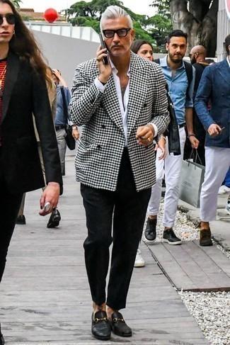 Cómo combinar un mocasín de cuero negro: Elige un blazer cruzado de pata de gallo en blanco y negro y un pantalón chino negro para lograr un look de vestir pero no muy formal. Complementa tu atuendo con mocasín de cuero negro para mostrar tu inteligencia sartorial.