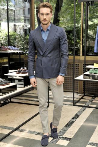 Cómo combinar: blazer cruzado en gris oscuro, camisa de manga larga azul, pantalón chino en beige, mocasín de ante azul marino