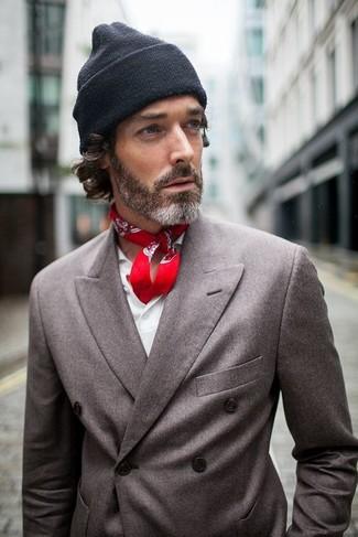 Cómo combinar: blazer cruzado en gris oscuro, camisa de manga larga blanca, gorro negro, bandana de paisley roja