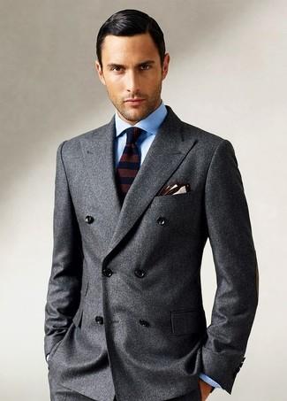 Cómo combinar: blazer cruzado de lana en gris oscuro, camisa de vestir celeste, corbata de lana de rayas horizontales en marrón oscuro, pañuelo de bolsillo en beige