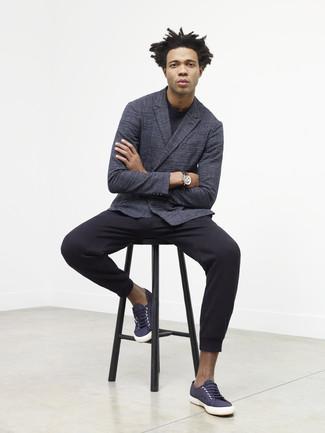 Cómo combinar: blazer cruzado en gris oscuro, jersey con cuello circular negro, pantalón de chándal negro, tenis de lona azul marino