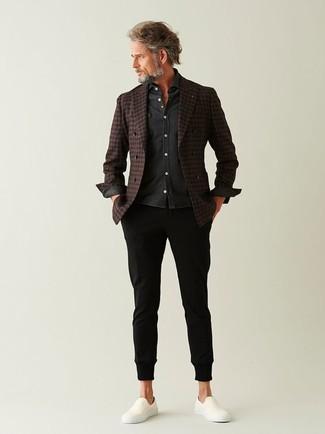 Cómo combinar: blazer cruzado de lana a cuadros en marrón oscuro, camisa de manga larga en gris oscuro, pantalón chino negro, zapatillas slip-on blancas