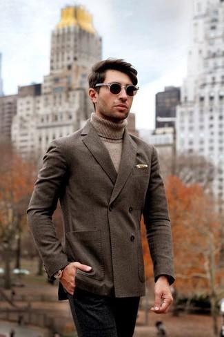 Cómo combinar: blazer cruzado en marrón oscuro, jersey de cuello alto marrón claro, pantalón de vestir de lana negro, gafas de sol en marrón oscuro