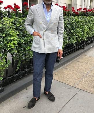 Cómo combinar: blazer cruzado de lino gris, camisa de vestir celeste, pantalón de vestir de lino azul marino, mocasín con borlas de ante negro