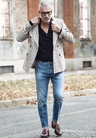 Cómo combinar: blazer cruzado de tartán gris, camisa polo negra, vaqueros azules, mocasín con borlas de cuero en marrón oscuro