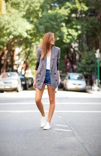 Cómo combinar: blazer cruzado gris, camiseta con cuello circular blanca, pantalones cortos vaqueros azules, tenis blancos