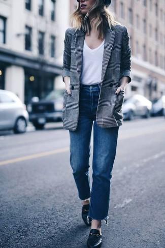 Cómo combinar: blazer cruzado de tartán gris, camiseta con cuello en v blanca, vaqueros azules, mocasín de cuero negros