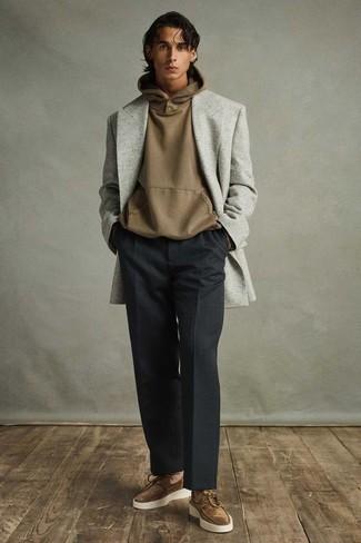 Cómo combinar unos náuticos: Emparejar un blazer cruzado gris con un pantalón de vestir negro es una opción grandiosa para una apariencia clásica y refinada. ¿Quieres elegir un zapato informal? Usa un par de náuticos para el día.