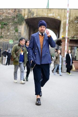 Cómo combinar: blazer cruzado azul, jersey con cuello circular en tabaco, camisa de manga larga blanca, pantalón chino azul marino