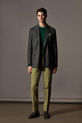 Cómo combinar: blazer cruzado de lana en gris oscuro, jersey con cuello circular verde oscuro, camisa de vestir de tartán verde, pantalón de vestir verde oliva