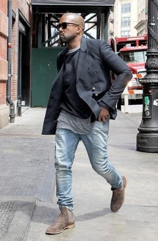 Look de Kanye West: Blazer cruzado negro, Jersey con cuello circular negro, Camiseta con cuello circular gris, Vaqueros celestes