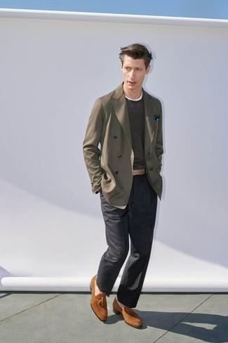 Outfits hombres estilo casual elegante: Intenta combinar un blazer cruzado verde oliva con un pantalón de vestir en gris oscuro para rebosar clase y sofisticación. ¿Quieres elegir un zapato informal? Elige un par de mocasín con borlas de ante en tabaco para el día.