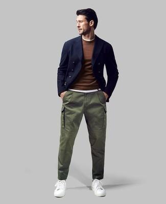 Cómo combinar un blazer cruzado de rayas verticales azul: Empareja un blazer cruzado de rayas verticales azul con un pantalón cargo verde oliva para las 8 horas. Tenis de cuero blancos contrastarán muy bien con el resto del conjunto.