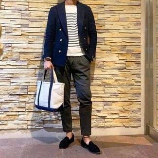 Cómo combinar una bolsa tote de lona blanca: Considera emparejar un blazer cruzado azul marino con una bolsa tote de lona blanca para un look diario sin parecer demasiado arreglada. Agrega mocasín con borlas de ante negro a tu apariencia para un mejor estilo al instante.