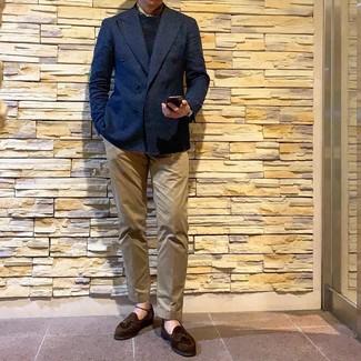 Look de moda: Blazer cruzado azul marino, Jersey con cuello circular negro, Pantalón chino marrón claro, Mocasín con borlas de ante en marrón oscuro