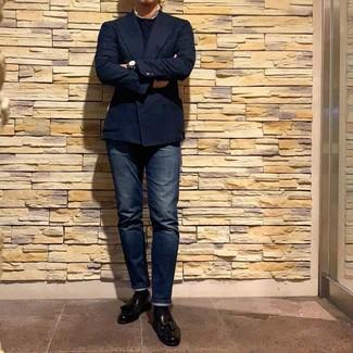 Cómo combinar: blazer cruzado azul marino, jersey con cuello circular azul marino, vaqueros azul marino, mocasín con borlas de cuero negro