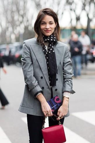 Cómo combinar un blazer cruzado gris: Empareja un blazer cruzado gris con unos vaqueros pitillo negros para cualquier sorpresa que haya en el día.