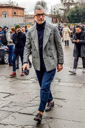 Cómo combinar: blazer cruzado de lana a cuadros gris, jersey de cuello alto negro, camisa de manga larga de tartán en violeta, pantalón chino azul marino