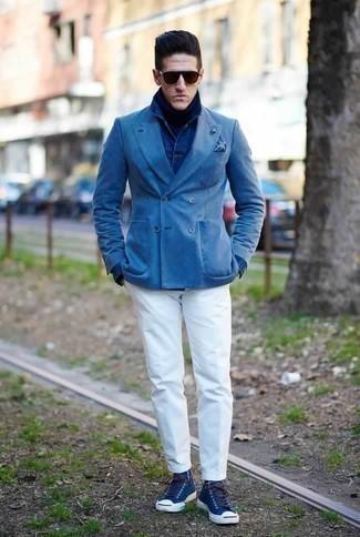Cómo combinar un blazer cruzado azul: Considera emparejar un blazer cruzado azul junto a un pantalón chino blanco para después del trabajo. ¿Quieres elegir un zapato informal? Complementa tu atuendo con zapatillas altas de lona azul marino para el día.