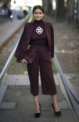 Cómo combinar: blazer cruzado burdeos, jersey de cuello alto burdeos, falda pantalón burdeos, zapatos de tacón de ante burdeos