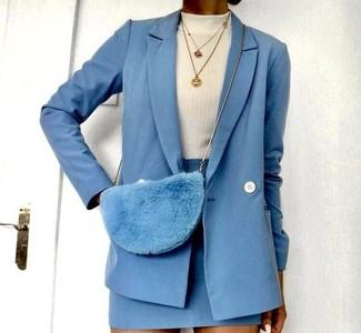 Look de moda: Blazer cruzado de lana celeste, Jersey de cuello alto blanco, Minifalda de lana celeste, Bolso bandolera de pelo celeste