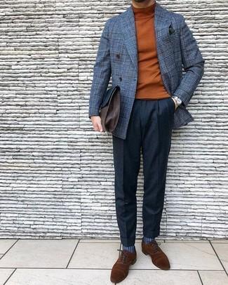 Cómo combinar: blazer cruzado de lana a cuadros gris, jersey de cuello alto en tabaco, pantalón de vestir de lana negro, zapatos oxford de ante marrónes