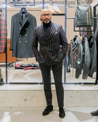 Cómo combinar: blazer cruzado de rayas verticales negro, jersey de cuello alto negro, pantalón de vestir de rayas verticales negro, zapatos con doble hebilla de ante negros
