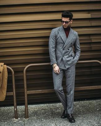Cómo combinar: blazer cruzado a cuadros gris, jersey de cuello alto burdeos, pantalón de vestir a cuadros gris, zapatos con hebilla de cuero negros