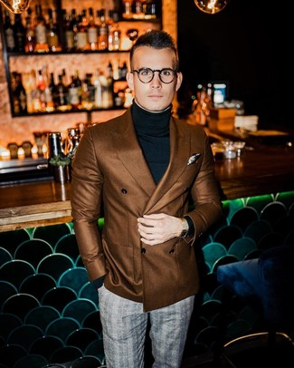 Cómo combinar: blazer cruzado marrón, jersey de cuello alto negro, pantalón de vestir de tartán gris, pañuelo de bolsillo estampado en beige