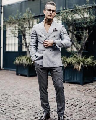 Cómo combinar: blazer cruzado de lana gris, jersey de cuello alto marrón claro, pantalón de vestir de lana a cuadros en gris oscuro, zapatos con doble hebilla de cuero en marrón oscuro