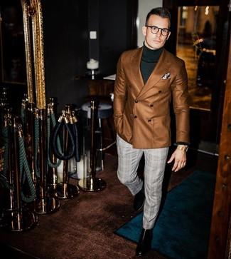 Cómo combinar: blazer cruzado marrón, jersey de cuello alto verde oscuro, pantalón de vestir de tartán gris, botines chelsea de cuero negros