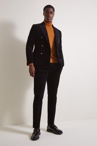 Cómo combinar: blazer cruzado de terciopelo negro, jersey de cuello alto en tabaco, pantalón de vestir de terciopelo negro, zapatos derby de cuero negros