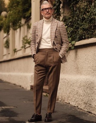 Cómo combinar un pantalón de vestir marrón: Emparejar un blazer cruzado a cuadros marrón claro junto a un pantalón de vestir marrón es una opción muy buena para una apariencia clásica y refinada. Zapatos derby de cuero en marrón oscuro darán un toque desenfadado al conjunto.