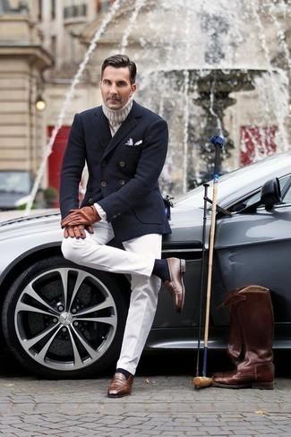 Cómo combinar unos guantes de cuero marrónes: Opta por un blazer cruzado de lana azul marino y unos guantes de cuero marrónes para lidiar sin esfuerzo con lo que sea que te traiga el día. Usa un par de mocasín de cuero marrón para mostrar tu inteligencia sartorial.