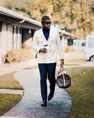 Cómo combinar un pantalón de vestir azul marino: Ponte un blazer cruzado blanco y un pantalón de vestir azul marino para una apariencia clásica y elegante. Si no quieres vestir totalmente formal, opta por un par de mocasín de cuero negro.