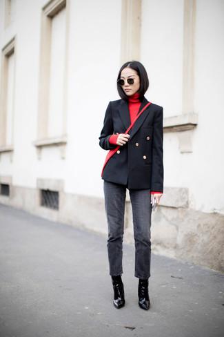 Cómo combinar: blazer cruzado negro, jersey de cuello alto rojo, vaqueros en gris oscuro, botines de cuero negros
