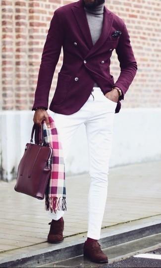 Cómo combinar unos calcetines morado: Casa un blazer cruzado morado oscuro con unos calcetines morado para un look diario sin parecer demasiado arreglada. Con el calzado, sé más clásico y opta por un par de zapatos con hebilla de ante en marrón oscuro.