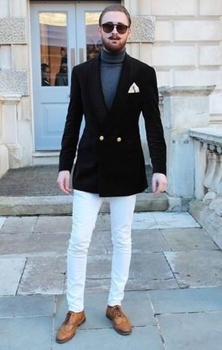 Cómo combinar un pañuelo de bolsillo en beige: Para crear una apariencia para un almuerzo con amigos en el fin de semana opta por un blazer cruzado negro y un pañuelo de bolsillo en beige. ¿Te sientes valiente? Completa tu atuendo con zapatos brogue de cuero marrón claro.
