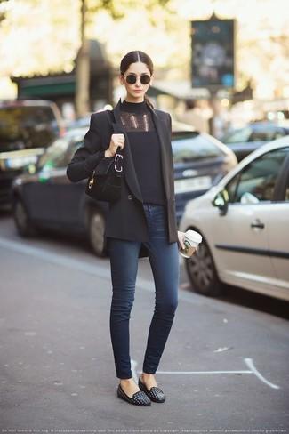 Cómo combinar: blazer cruzado negro, jersey de cuello alto negro, vaqueros pitillo azul marino, mocasín de cuero con tachuelas negros