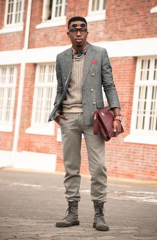 Cómo combinar: blazer cruzado de lana gris, jersey de ochos en beige, camisa de manga larga estampada azul marino, pantalón de vestir de lana marrón