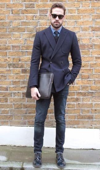 Cómo combinar una chaqueta: Ponte una chaqueta y unos vaqueros azul marino para el after office. Con el calzado, sé más clásico y haz zapatos derby de cuero negros tu calzado.