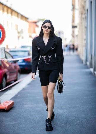 Cómo combinar: blazer cruzado negro, mallas ciclistas negras, deportivas negras, bolso bandolera de cuero negro