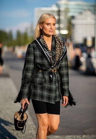 Cómo combinar: blazer cruzado de tartán en negro y blanco, mallas ciclistas negras, mochila con cordón de cuero negra, cinturón de cuero negro