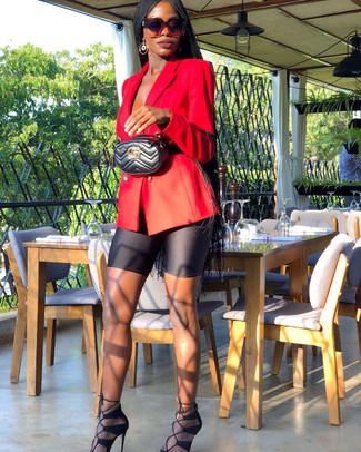 Cómo combinar: blazer cruzado rojo, mallas ciclistas negras, sandalias de tacón de ante negras, riñonera de cuero acolchada negra
