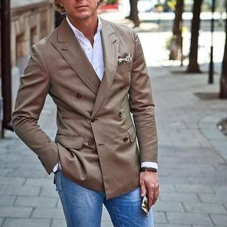 Cómo combinar: blazer cruzado marrón, camisa de manga larga blanca, vaqueros azules, pañuelo de bolsillo estampado en beige
